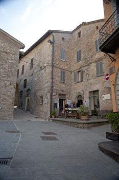piazza fortebraccio laterale Montonein