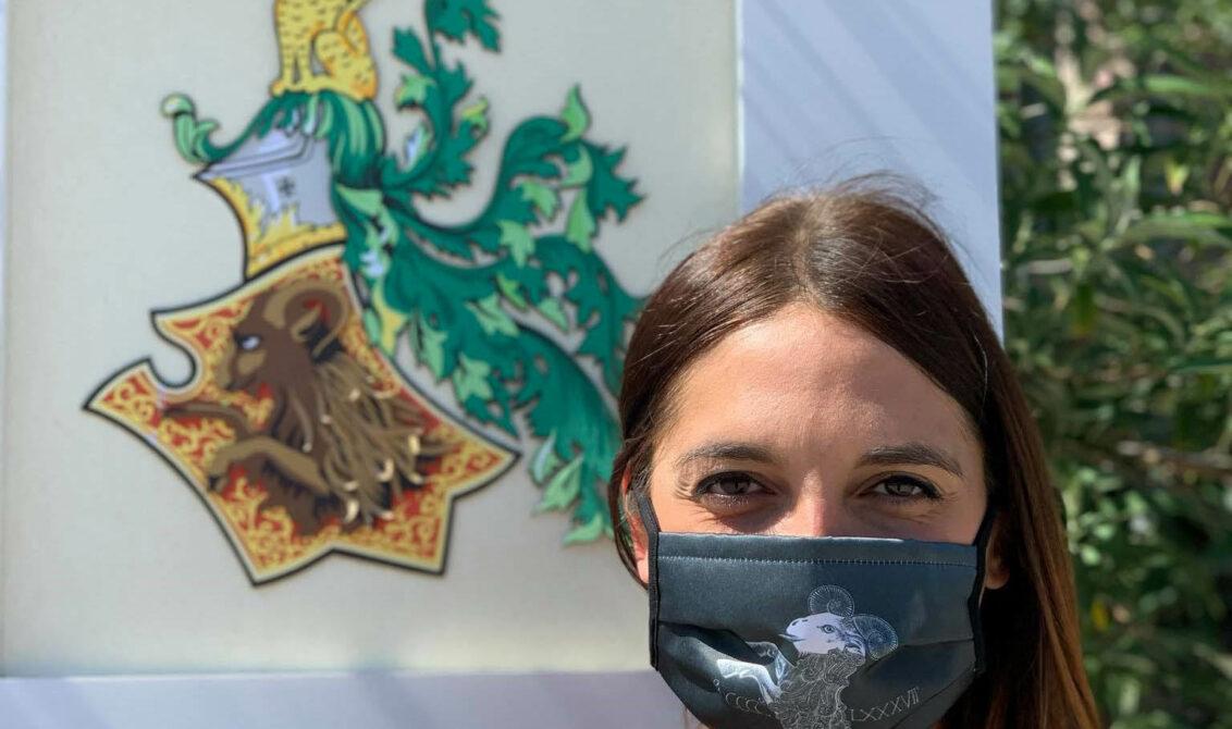 Giovane donna con mascherina dedicata a Montone